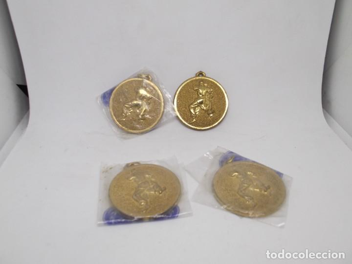 Coleccionismo deportivo: 4 Medallas de judo o karate doradas pequeñas.Cebrian - Foto 2 - 266914264