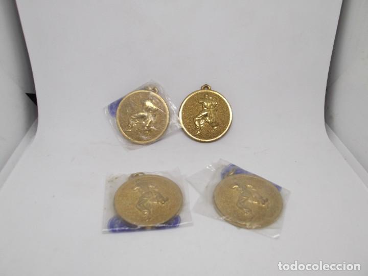 Coleccionismo deportivo: 4 Medallas de judo o karate doradas pequeñas.Cebrian - Foto 4 - 266914264