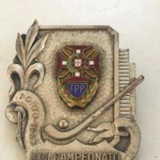 Coleccionismo deportivo: MEDALLA ESMALTADA XXVI CAMPEONATO DE EUROPA HOCKEY PATINES. 1963 PORTO.. Lote 276262908