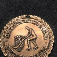 Coleccionismo deportivo: INSIGNIA DE LA ASOCIACIÓN DE PATINAJE DE LISBOA 1963-1964. HOCKEY PATINES.. Lote 276789998