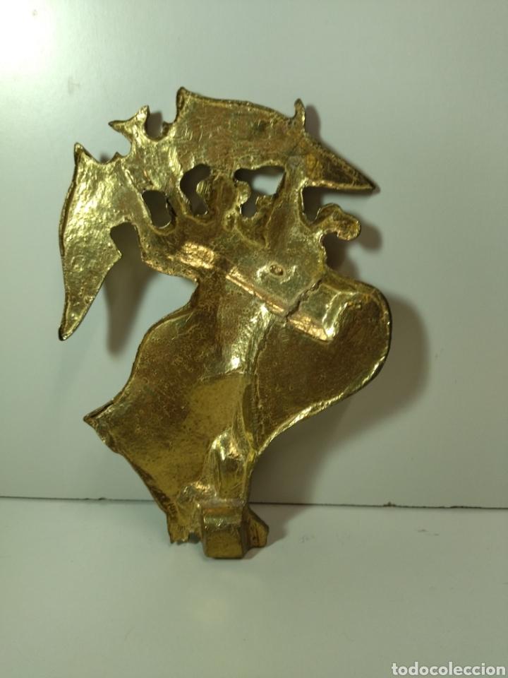 Coleccionismo deportivo: Escudo bronce de Valencia perteneciente a un trofeo. - Foto 3 - 278565853