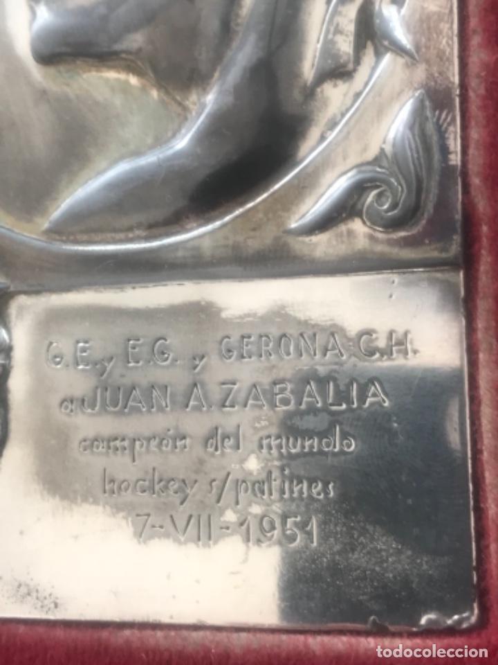 Coleccionismo deportivo: PLACA HOMENAJE DEL GIRONA C.HOCKEY A JUAN A. ZABALIA CAMPEÓN DEL MUNDO HOCKEY PATINES. 1951. - Foto 4 - 278878963