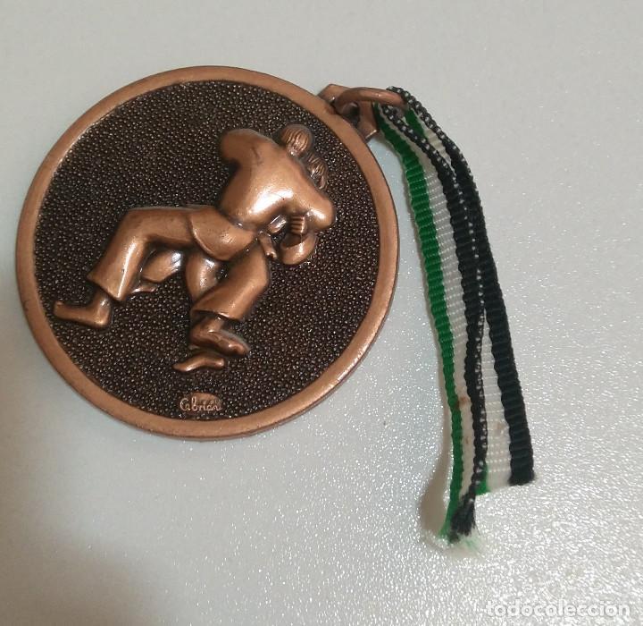 MEDALLA JUDO CEBRIAN MARISTAS 92 93 BADAJOZ JUDOKAS BRONCE COLEGIO DEPORTE MEDAL (Coleccionismo Deportivo - Medallas, Monedas y Trofeos - Otros deportes)
