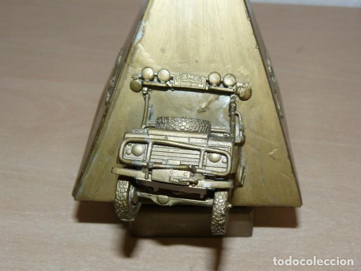 Coleccionismo deportivo: Trofeo Rally CAMEL TROPHY Piramide con Land Rover Defender Egipto años 90 fabricado en metal offroad - Foto 3 - 282478748