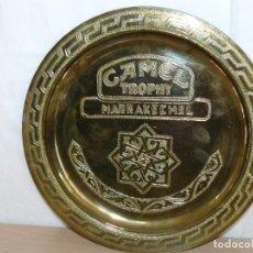 Coleccionismo deportivo: TROFEO PLATO CAMEL TROPHY MARRAKECH '94 ORIGINAL FABRICADO METAL RELIEVES HECHOS A MANO TROFEU PLATE. Lote 282532253
