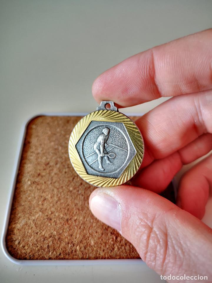 ANTIGUA MEDALLA 4 TORNEO REGIONAL DE TENIS TENNIS 1984 PIN INSIGNIA EMBLEMA BADGE (Coleccionismo Deportivo - Medallas, Monedas y Trofeos - Otros deportes)