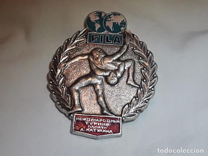 BELLA MEDALLA INSIGNIA DE LUCHA SAMBO, LUCHA LIBRE FILA PLATEADA (Coleccionismo Deportivo - Medallas, Monedas y Trofeos - Otros deportes)