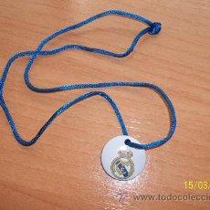 Coleccionismo deportivo: CHAPA COLGANTE CON ESCUDO DEL REAL MADRID. Lote 32798684
