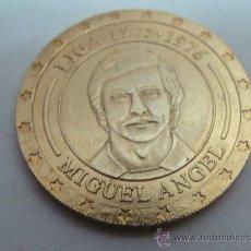 Coleccionismo deportivo: MONEDA DE MIGUEL ÁNGEL. CRACK DE LA LIGA 1975-1976. CONMEMORATIVA 30 LIGAS REAL MADRID. . Lote 22109548