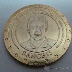 Coleccionismo deportivo: MONEDA DE MANOLO SANCHÍS. CRACK DE LA LIGA 2000-2001. CONMEMORATIVA 30 LIGAS REAL MADRID. . Lote 22109588