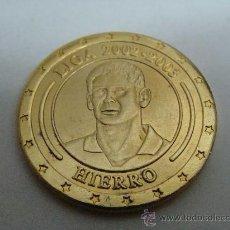 Coleccionismo deportivo: MONEDA DE FERNANDO HIERRO. CRACK DE LA LIGA 2002-2003. CONMEMORATIVA 30 LIGAS REAL MADRID. . Lote 22109606