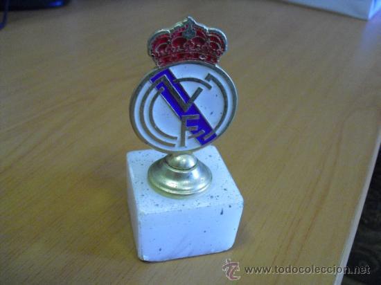 ESCUDO DE METAL Y BASE DE MARMOL DEL REAL MADRID (Coleccionismo Deportivo - Medallas, Monedas y Trofeos de Fútbol)