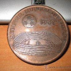 Coleccionismo deportivo: MEDALLA SEDE DEL MUNDIAL DE FUTBOL 1982 OVIEDO. Lote 26639118