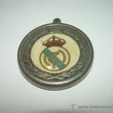Coleccionismo deportivo: MUY ANTIGUO Y BONITO LLAVERO METALICO.......REAL MADRID. Lote 56255955