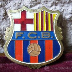 Coleccionismo deportivo: PLACA ANTIGUA DEL F.C. BARCELONA PARA PONER EN EL COCHE. Lote 29199751