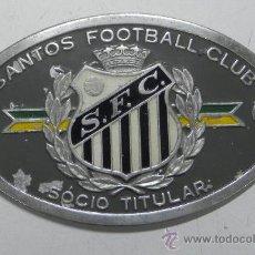 Coleccionismo deportivo: ANTIGUA CHAPA LITOGRAFIADA DEL SANTOS FOOTBALL CLUB, SOCIO TITULAR, FUTBOL, MIDE 12 X 8 CMS.. Lote 33815279