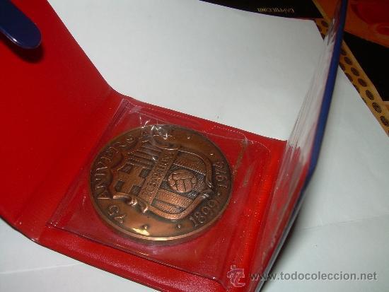 Coleccionismo deportivo: MEDALLA OFICIAL 75 ANIVERSARI... F.C. BARCELONA...1899 - 1974..EN ESTUCHE ORIGINAL. - Foto 4 - 33978771