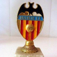 Coleccionismo deportivo: ESCUDO DEL VALENCIA SOBRE PEANA DE MARMOL. Lote 37866614
