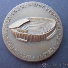 Coleccionismo deportivo: MEDALLA DE LA VISITA DEL PAPA JUAN PABLO II A LA VISITA DEL ESTADIO F.C.BARCELONA . Lote 38434459