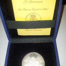 Coleccionismo deportivo: MEDALLA. PLATA. 75 ANIVERSARIO RFEF, 1913-1988. SERIE NUMERADA. RARA. Lote 38960437