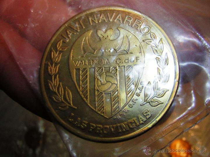 Coleccionismo deportivo: LOTE DE 32 MONEDAS JUGADORES DEL VALENCIA DIARIO LAS PROVINCIAS SIN ABRIR DIAMETRO 3 CMS DISTINTAS - Foto 2 - 40213546