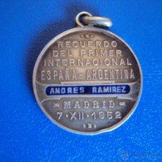 Coleccionismo deportivo: (F-577)MEDALLA DE PLATA DEL PARTIDO AMISTOSO ENTRE LA SELLECCIONES DE ESPAÑA Y ARGENTINA,AÑO 1952. Lote 43253616