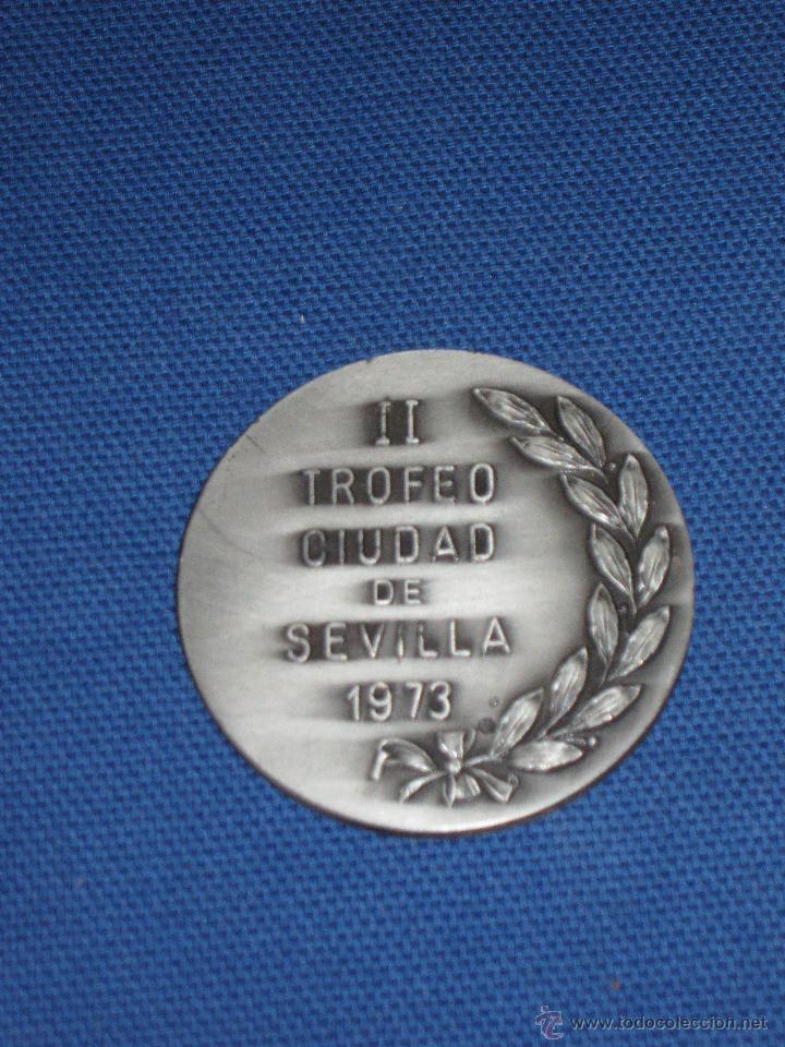 Coleccionismo deportivo: MEDALLA CONMEMORATIVA EN PLATA - DOBLE CONTRASTE - II TROFEO CIUDAD DE SEVILLA 1973 - 75 GR. - 5 CM. - Foto 2 - 43402335