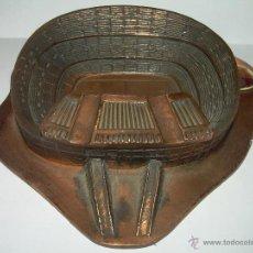 Coleccionismo deportivo: ANTIGUO CENICERO DE BRONCE.......NOU CAMP.....C.F. BARCELONA.....RARO ESCUDO.. Lote 140792081