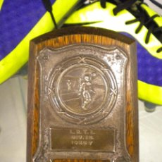 Coleccionismo deportivo: ANTIGUO TROFEO DE FUTBOL INGLES, 1956-157.. Lote 45687962