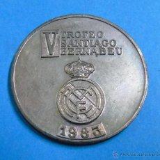 Coleccionismo deportivo: MONEDA MEDALLA DE FÚTBOL. AÑOS 70 80. V TORNEO SANTIAGO BERNABEU, REAL MADRID CF 1983. Lote 46124332