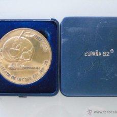 Collezionismo sportivo: MEDALLA MEDALLÓN DE BRONCE. NARANJITO, SEDES DEL MUNDIAL ESPAÑA 82 1982 FUTBOL. CON CAJA EXPOSITOR. Lote 229485590