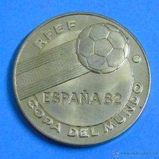 Collezionismo sportivo: MEDALLA MONEDA DEL MUNDIAL DE FÚTBOL ESPAÑA 82 1982. SEDES DE LA COPA DEL MUNDO. DORADA. Lote 175105990