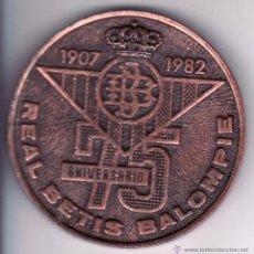 Coleccionismo deportivo: MEDALLA CONMEMORATIVA DEL 75 ANIVERSARIO DEL REAL BETIS BALOMPIE 1907/1982 - 6.5 CM. Lote 53419632