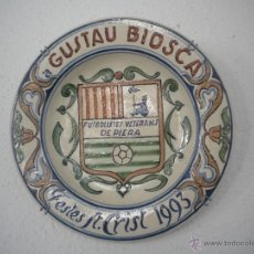 Coleccionismo deportivo: PLATO PINTADO A MANO, A GUSTAVO BIOSCA JUGADOR DEL FCB, VETERANS DEL PIERA FESTES ST.CRIST 1993.. Lote 54806688