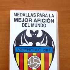 Coleccionismo deportivo: VALENCIA C. DE F. - 22 MEDALLAS DE JUGADORES CON SU ESTUCHE - LIGA 1995-1996, 95-96. Lote 58178632
