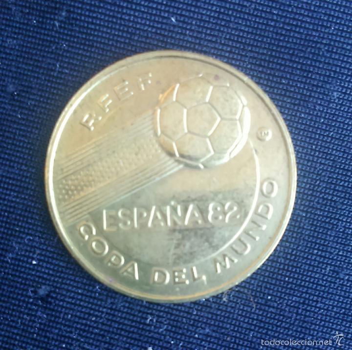 Coleccionismo deportivo: URUGUAY *** MEDALLA CAMPEON DEL MUNDO DE FUTBOL AÑOS 1930 y 1950 *** RFEF AÑO 1982 *** - Foto 2 - 58566373