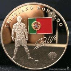 Coleccionismo deportivo: MONEDA MEDALLA ORO CRISTIANO RONALDO REAL MADRID CON BANDERA Y ESCUDO - EN CAPSULA PROTECTORA. Lote 97704643