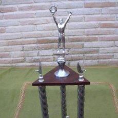 Coleccionismo deportivo: TROFEO GRANDE DE FUTBOL, EN METAL Y MADERA.. Lote 61697320
