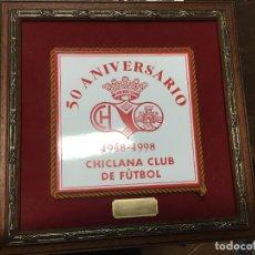 Coleccionismo deportivo: 50 ANIVERSARIO CHICLANA CLUB DE FUTBOL - PARTIDO CHICLANA - SAN FERNANDO AÑO 1998 - MEDIDA 35X35 CM. Lote 71100349