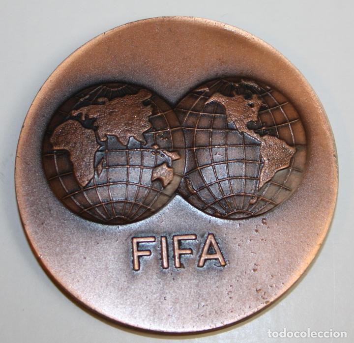 MEDALLA. FIFA. I DIA MUNDIAL DEL FUTBOL. BARCELONA 31. X. 73. VALLMITJANA. COBRE (Coleccionismo Deportivo - Medallas, Monedas y Trofeos de Fútbol)