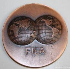 Coleccionismo deportivo: MEDALLA. FIFA. I DIA MUNDIAL DEL FUTBOL. BARCELONA 31. X. 73. VALLMITJANA. COBRE. Lote 71172917