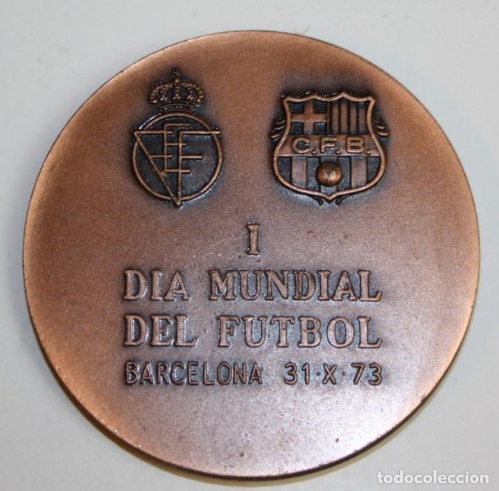 Coleccionismo deportivo: MEDALLA. FIFA. I DIA MUNDIAL DEL FUTBOL. BARCELONA 31. X. 73. VALLMITJANA. COBRE - Foto 2 - 71172917
