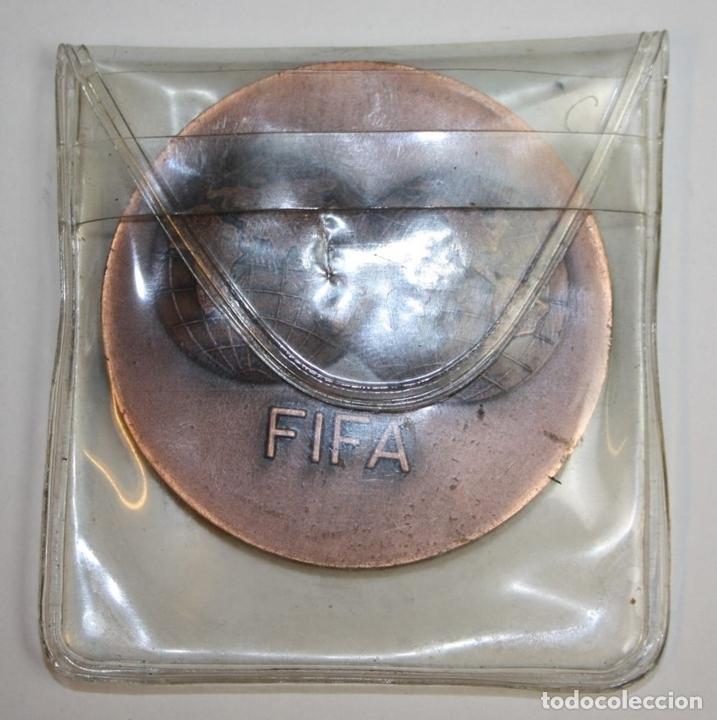 Coleccionismo deportivo: MEDALLA. FIFA. I DIA MUNDIAL DEL FUTBOL. BARCELONA 31. X. 73. VALLMITJANA. COBRE - Foto 4 - 71172917