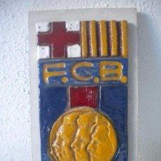 Coleccionismo deportivo: IMPORTANTE ESCUDO DE TERRACOTA DEL FCB 1974, 75 ANIVERSARIO. SAMITIER, KUBALA Y CRUYFF EN EL ESCUDO.. Lote 71260879
