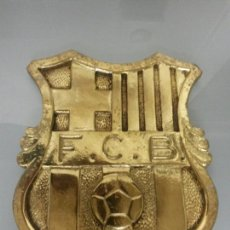 Coleccionismo deportivo: ENORME ESCUDO F.C.BARCELONA METAL DORADA 1KG 19X17X1CM. Lote 73845233