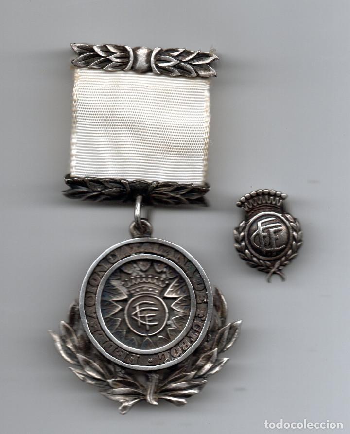 MEDALLA E INSIGNIA EN PLATA FEDERACIÓN CATALANA DE FUTBOL (Coleccionismo Deportivo - Medallas, Monedas y Trofeos de Fútbol)