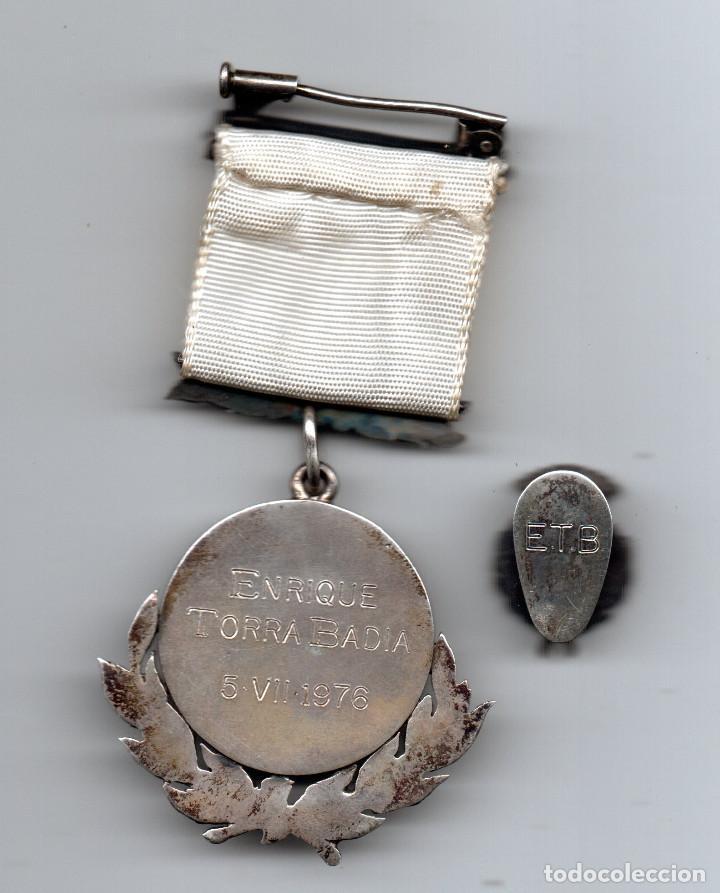 Coleccionismo deportivo: Medalla e insignia en plata Federación Catalana de Futbol - Foto 2 - 83339168
