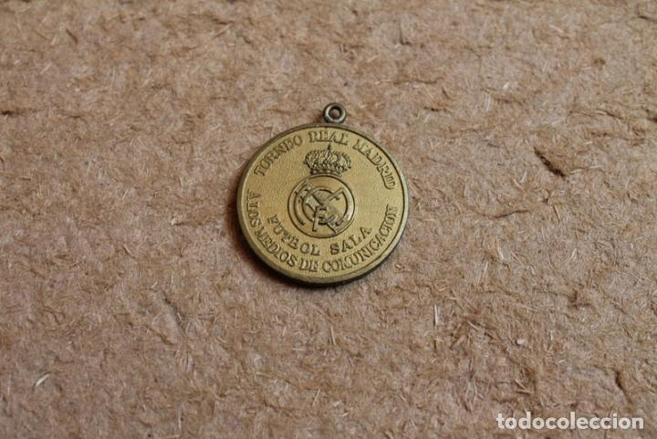 MEDALLA TORNEO REAL MADRID. FUTBOL SALA. A LOS MEDIOS DE COMUNICACIÓN. TROFEO EL CORTE INGLÉS. (Coleccionismo Deportivo - Medallas, Monedas y Trofeos de Fútbol)