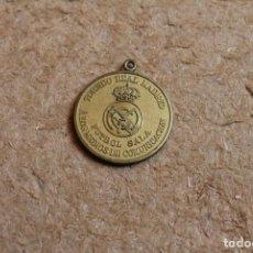 Coleccionismo deportivo: MEDALLA TORNEO REAL MADRID. FUTBOL SALA. A LOS MEDIOS DE COMUNICACIÓN. TROFEO EL CORTE INGLÉS.. Lote 83373004