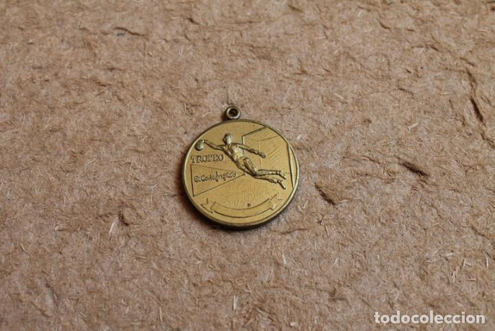 Coleccionismo deportivo: Medalla Torneo real Madrid. Futbol sala. A los medios de comunicación. Trofeo El Corte Inglés. - Foto 2 - 83373004